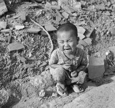 6 AGOSTO 1945: IL SOLE DI HIROSHIMA-La bomba oscillò, sempre scendendo verso terra, appesa al paracadute. Le lancette dell'orologio segnavano le otto, quattordici minuti e cinquanta secondi. La bomba si trovava a 600 metri dal suolo. Alle otto e quindici era scesa di altri cento metri, quando altri apparecchi inventati dagli scienziati fecero scattare l'accensione all'interno della bomba: neutroni provocarono la scissione di alcuni atomi di un metallo pesante, l'uranio 235. E questa…