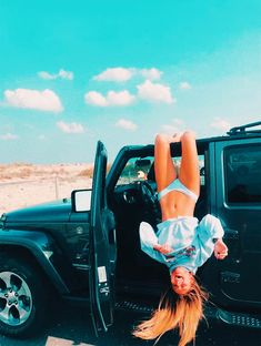 a girl and her jeep - MANteresting Cute Beach Pictures, Cute Instagram Pictures, Cute Poses For Pictures, Instagram Pose, Cute Photos, Amazing Photos, Car Pictures, Instagram Picture Ideas, Model Poses Photography