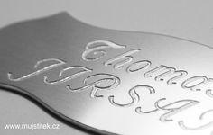 Stříbrná cedulka na dveře z hliníku s nalepovací oboustrannou páskou pro snadné připevnění na vchodové dveře. www.mujstitek.cz