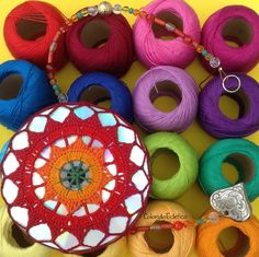 Mandala feita em crochê sobre CD reciclado. Fio de contas para pendurar em salas, quartos ou onde sua imaginação mandar. O reflexo na parede quando o sol bate é lindo! Um ótimo presente! R$ 25,00