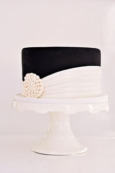 Black and white cake...love the simple elegance of this cake, although not so much the black....gorgeous, gorgeous design! Need to remember this one ...