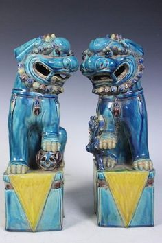 Asiatische Lions pair antique porcelain lions of royal blue glazed ground