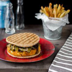 La hamburguesa Pepita es una hamburguesa vegana, preparada a base de garbanzos y cous-cous. La acompañaremos con pimientos verdes asados. ¡Deliciosa!