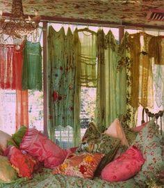 bohemian home bohemian style design / Via: My Bohemian Home ~ My Bohemian Style Ultra shabby, gypsy caravan style. Bohemian Gypsy, Gypsy Style, Bohemian Decor, Bohemian Style, Boho Chic, Hippie Chic, Vintage Bohemian, Gypsy Decor, Bohemian Patio