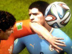 Photo: La morsure de Luis Suarez reprise dans FIFA 15 - http://www.actusports.fr/114382/photo-morsure-luis-suarez-reprise-fifa-15/