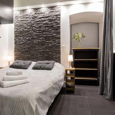 tête de lit en fausse pierres, coussins et rideaux dans le même ton