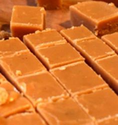 40 jaar oue fudge resep, die is 'n wenner…., 40 jaar oue fudge resep, die is 'n wenner…. 250 ml vars melk. 25 ml goue stroop. Fudge Recipes, Candy Recipes, Baking Recipes, Sweet Recipes, Pudding Recipes, Yummy Recipes, Baking Ideas, Kos, Vanilla Fudge