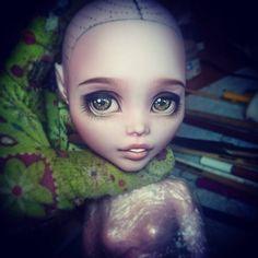 303 отметок «Нравится», 2 комментариев — korpina mariya (@emerald_fairy) в Instagram: «❤#draculaura #draculauraooak #repaintmonsterhigh #repaint #ooak #emerald_fairyooak…»