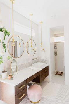 Modern Meets Boho In Paige Rangel's Phoenix, AZ Home. modern bathroom design wit… Modern Meets Boho In Paige Rangel's Phoenix, AZ Home. modern bathroom design with some traditional touches. Art Deco Bathroom, Modern Bathroom Design, Bathroom Interior Design, Bathroom Mirrors, Bathroom Cabinets, Bathroom Designs, Bathroom Faucets, Feminine Bathroom, Bathroom Pink