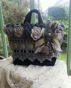 Crochet Pretty Handbag with Gr - Salvabrani Crochet Tote, Crochet Handbags, Crochet Purses, Love Crochet, Crochet Crafts, Crochet Flowers, Crochet Stitches, Crochet Projects, Knit Crochet