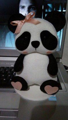 Eu Amo Artesanato: Urso Panda em Feltro com molde Felt Animal Patterns, Stuffed Animal Patterns, Diy Y Manualidades, Sewing Stuffed Animals, Bear Party, Toy Craft, Sewing Toys, Felt Toys, Felt Animals