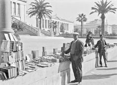 Υπαίθριο βιβλιοπωλείο στην οδό Πανεπιστημίου. Αθήνα, 1912-1950 / Open-air bookstore on Panepistimiou Street. Athens, 1912-1950 Creator : Δημιουργός: Περικλής Παπαχατζιδάκης / Creator: Pericles Papachatzidakis © Μουσείο Μπενάκη / Benaki Museum