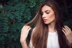 Chute de cheveux : cette lotion bio au curcuma densifie naturellement la masse capillaire Brown Hair With Lowlights, Best Serum, Hair Serum, Good Hair Day, Hair Repair, Beautiful Long Hair, Smooth Hair, Fall Hair, Hair Hacks