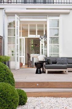 Maaike van Diemen- patio deck with gravel and boxwoods. LOVE the gray outdoor sectional. Outdoor Areas, Outdoor Rooms, Outdoor Living, Outdoor Decor, Outdoor Daybed, Indoor Outdoor, Exterior Design, Interior And Exterior, Patio Plans