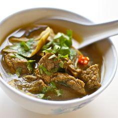 Las sopas orientales son platos contundentes, en los que no es raro mezclar carne, verduras, arroz o pasta, y se toman a todas horas, incluso para desayunar. Las sopas con carne especiadas son muy típicas de la cocina oriental, como la elaborada sopa pho, una de las más famosas. La que aquí os traemos es …