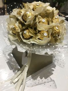 Trendy chocolate bouquet ferrero rocher how to make ideas Candy Bouquet Diy, Food Bouquet, Flower Bouquet Diy, Gift Bouquet, Floral Bouquets, Chocolate Wrapping, Chocolate Gifts, Candy Flowers, Paper Flowers