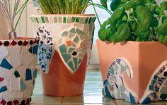 Die Mosaiksteine geben den Tontöpfen einen neuen, dekorativen Look