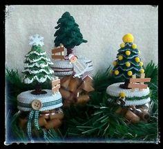Häkle jetzt schöne Bezüge mit Weihnachts-Baum drauf für Marmeladengläser oder Bonbongläser. Sehr dekorativ in der Weihnachtszeit. Leg gleich los damit.