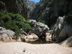 Zu den aufregendsten Wanderungen gehört der Kletterabstieg durch den Torrent de Pareis auf Mallorca. Trekking torrent de pareis is one of the most spectacular walks in Mallorca.