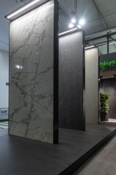 The Florim Magnum Oversize project includes large porcelain slabs with just 6 mm of thickness slabs florim florimceramiche tiles porcelain surface marble veins inspiration project concept planning designideas - pinupi love to share Exterior Tiles, Exterior Design, Interior And Exterior, Showroom Interior Design, Tile Showroom, Best Flooring, Dark Flooring, Stone Store, Large Format Tile