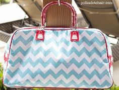 Retro Travel Bag. Make the laminated Retro Travel Bag for summer. It's great for pool days and for running from one event to the next. Learn how to sew you own purse that's large enough to store everything you need for a jam packed day. #sewing