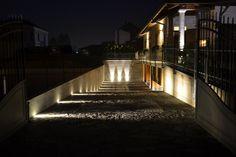 un viale reso suggestivo grazie all'illuminazione con faretti led