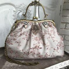 Beaded Purses, Beaded Bags, Diy Bags Purses, Purses And Handbags, Vintage Purses, Vintage Bags, Vintage Accessories, Bag Accessories, Frame Purse
