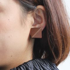 身につける漆 漆のアクセサリー イヤリング 稜線2.0 モカゴールド色 坂本これくしょんの艶やかで美しくとても軽い「和木に漆塗りのアクセサリー」より、スクエアー型のシンプルで軽くて使いやすいフォルムの ウェアラブル 漆 アクセサリー wearable URUSHI accessories Earrings ridge line 2.0 Mocha Gold color 約2cm角の中にシャープな線で切り取られた2面の陰影によりアーティスティックで渋さのあるイヤリングに、裏の金箔が後ろからチラリと見えてさりげなく華やかを演出します。  #漆アクセサリー #漆のアクセサリー #漆ジュエリー #軽いアクセサリー #漆のイヤリング #Earrings #イヤリング #スクエアー型イヤリング #大人のイヤリング #wearable #ウェアラブル漆 #漆塗り #軽さを実感 #坂本これくしょん