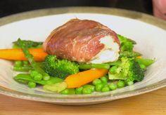 In deze editie vanFishy Friday maaktBart van Olphen, viskennervan het YouTube-kanaalBarts Fish Tales,een simpel maar heerlijk gerecht: kabeljauw in Parmaham met salie. Leg de blaadjes salie samen met twee klontjes boter op de stukjes kabeljauw. Kruid met een een beetje peper en wikkel in deParmaham. Zet vast met cocktailprikkertjes en verwarm je oven voor op […]
