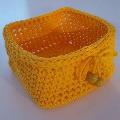 Keltainen neliskulmainen virkattu kori 😊