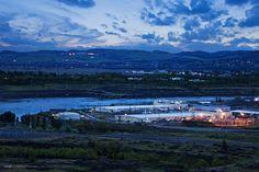 The Dalles, Oregon. Este centro de datos está situado junto al río Columbia, donde los trabajadores de Google pescan, hacen windsurf, piragüismo y todo tipo de actividades acuáticas.