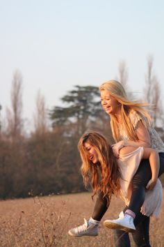Photo in the wild Sister Photography, Best Friend Photography, Photography Poses, Best Friends Shoot, Best Friend Pictures, Friendship Photoshoot, Sister Photos, Friend Poses, Photo Couple