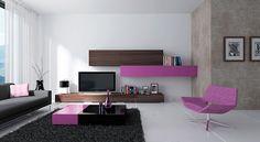 Módní obývací sestava 08 z kolekce obývacích stěn HANÁK v odvážné kombinaci - lak odstín šeřík versus dýha makasar je doplněna nízkým konferenčním stolkem.