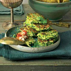 """Zucchini-Fritter mit Sambal-Feta - """"Mit besten Grüßen aus der griechischen Küche - diese Zucchini-Fritter schmecken sogar warm und kalt. Ein leckerer Low Carb-Snack für alle, die es gesund mögen."""""""