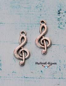 Une breloque spéciale #musique avec cette clé de sol vendue par paire. Pour des bijoux fantaisie 100% musique.