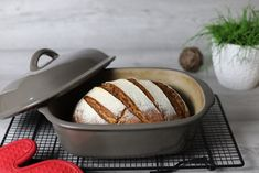 Order König Ludwig bread from the oven master with dough base, stainless steel bowl, cake rack and stainless steel sprinkler from the Pampered Chef online shop recipes backen backen rezepte bread bread bread Pampered Chef, Healthy Eating Tips, Healthy Nutrition, Keto Recipes, Cake Recipes, A Food, Food And Drink, Vegetable Drinks, Food Cakes