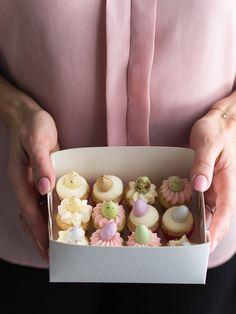 Pääsiäisen söpöimmät Minimuffinssit ovat pieniä käteenmahtuvia suupaloja! Vaniljaiset muffinssit on kuorrutettu voikreemillä, jossa maistuu vaahtokarkki. Most Delicious Recipe, Sweet Pastries, Bakery, Sweet Treats, Anna, Yummy Food, Easter, Snacks, Breakfast