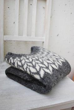 Knitting Patterns Ravelry arrows icelandic sweater // by maria carlander // via ravelry Crochet Patron, Knit Crochet, Sweater Knitting Patterns, Knit Patterns, Fair Isle Knitting, Hand Knitting, Icelandic Sweaters, Fair Isle Pattern, How To Purl Knit
