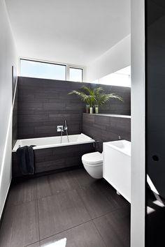 Kig indenfor i dette arkitekttegnede hjem der er bygget op om intelligente løsninger. Materialerne er bæredygtige og lette at vedligeholde, mens opbevaringen er integreret i boligens arkitektur. Black White Bathrooms, White Bathroom Decor, Interior And Exterior, Facade, Minimalism, Bathtub, Windows, Black And White, Architecture