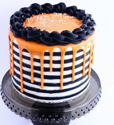 Not all Halloween Birthday cakes need to be scary. Here are a few fall-inspired cakes with recipes to create a birthday to celebrate this Halloween Halloween Torte, Bolo Halloween, Halloween Birthday Cakes, Dessert Halloween, Halloween Treats, Scream Halloween, Halloween Cake Decorations, Spooky Halloween Cakes, Halloween Parties