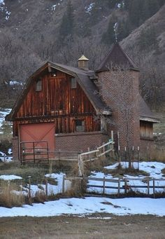 Beautiful old barn with mountain backdrop! 966fc57f28c69f5082d44cd122527cac.jpg (550×797)