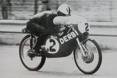 Ángel Nieto y su mítica Derbi de 50 cc en una carrera en 1969.