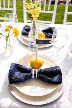 Las mesas adornadas con flores amarillas quedan hermosas, pero qué opinas de los banderines en  limones… ¡genial esta idea!
