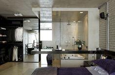 No mezanino, as paredes que isolavam o closet e o banheiro foram retiradas, integrando tudo ao dormitório.