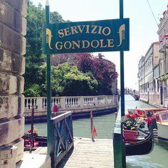 Veneza foi uma das cidades que mais me encantou na vida! E o passeio de gôndola foi parte fundamental na experiência  Custa em média 80 euros (por gôndola para até 6 pessoas). Apesar do nosso real desvalorizado dividindo com outras pessoas até que não fica tão pesado e é uma lembrança que vc guarda na memória e no coração.  . #tbt #veneza #venice #venezia #italia #italy #jun2014 #gondola #letsgonessa #roadtrip #blogdeviagem #viagem #viajar #ferias #vacation #vacaciones #viajante #turistando…