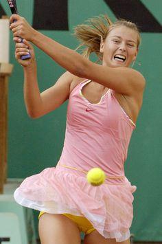 Maria Sharapova with pink tennis dress with yellow panties! Com vestido para tênis rosa e shortinhos amarelo!