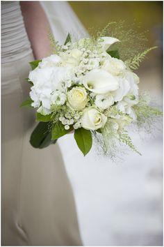 white wedding flowers © WeddingLight via www.frenchweddingstyle.com #flowers