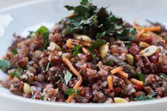 Eu não sei vocês, mas amo a salada de grãos orgânicos do restaurante Balada Mix e por isso resolvi fazer uma versão desse arroz nutritivo para o Cozinha Fit, com o arroz vermelho que veio na minha caixade produtos Nutri Go. Ficou demais! Uma outra idéia é usar aquele arroz integral