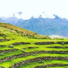 Was war der unglaublichste Ort den ihr jemals gesehen habt und warum? Her mit den Insider-Tipps!  Auf dem Foto ist übrigens die Inka-Anlage #Moray in Maras Peru.  #throwback #Peru #Landschaft #landscape #arountheworld #travel #beautifuldestinations #praktikumdeineslebens #nature #maraontour #urlaubsguru by urlaubsguru