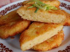 Oloupané, předem uvařené (nebo zbylé od oběda) brambory dáme do mísy a nastrouháme na hrubo nebo rozšťoucháme. Přidáme hrubě nastrouhaný sýr dle... Mozzarella, Cornbread, Sandwiches, Ethnic Recipes, Millet Bread, Paninis, Corn Bread